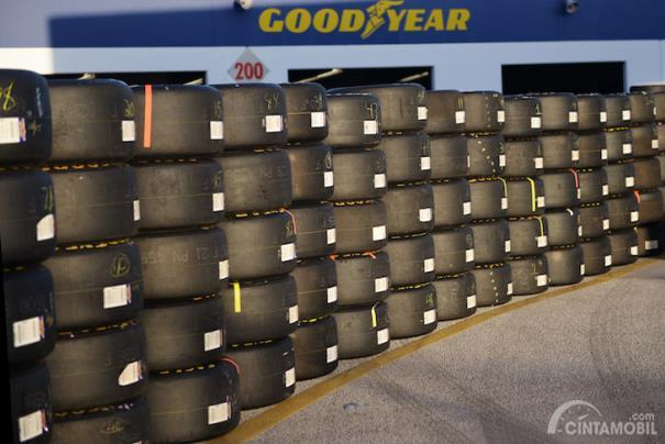 Tumpukan ban balap Goodyear