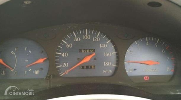 Setir Toyota Soluna 2000 sudah menghadirkan Tachometer yang dapat memberikan informasi seputar RPM khususnya pada tipe GLi