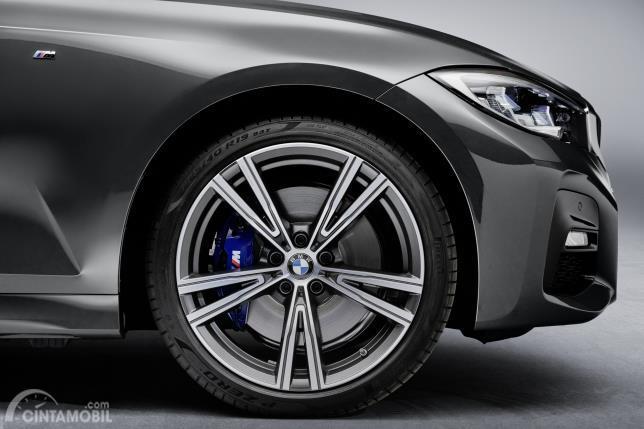 Gambar menunjukkan Pelek BMW 330i Touring M Sport 2020