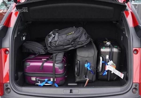 barang di bagasi mobil