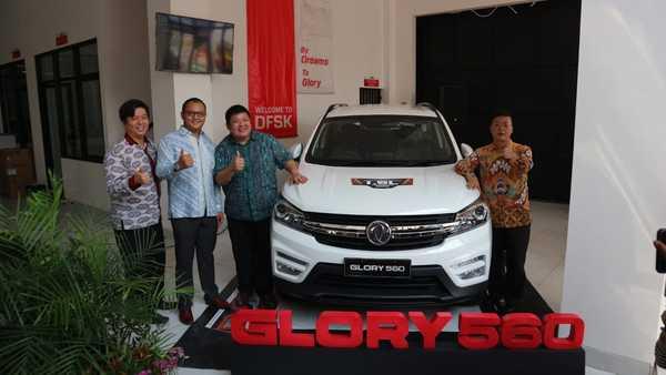 Foto diler DFSK Serang dan SUV DFSK Glory 560