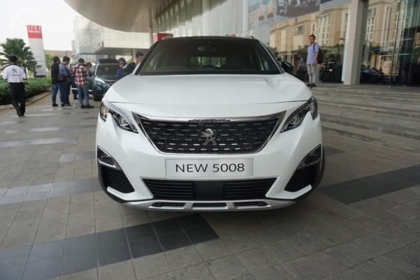 Bagian depan New Peugeot 5008 SUV berwarna putih