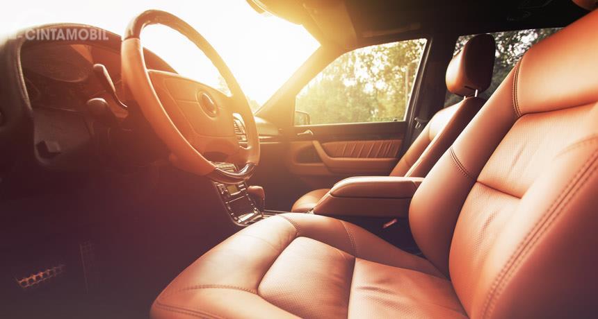 cuaca panas dari dalam kabin mobil berwarna cokelat
