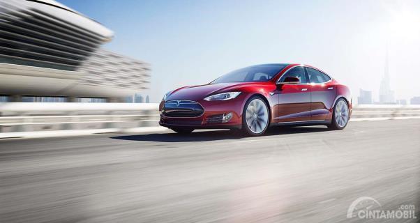 Tesla model S Warna merah