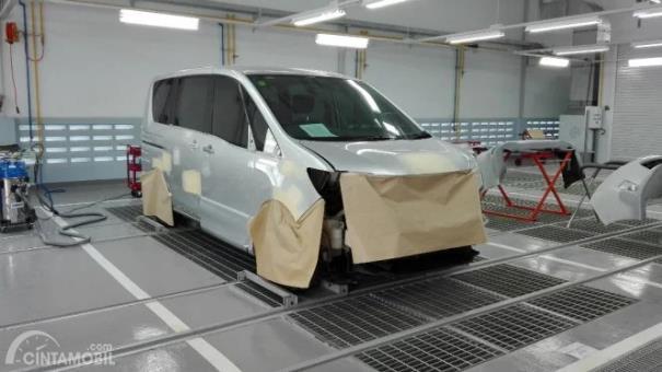 Nissan Serena sedang dicat di fasilitas cat oven