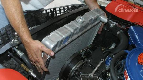 Foto ilustrasi pengecekan radiator