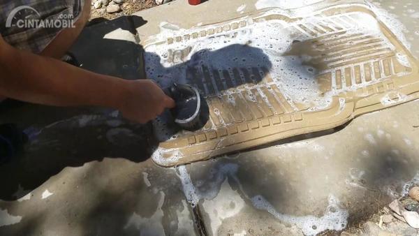 Foto ilustrasi mencuci karpet mobil
