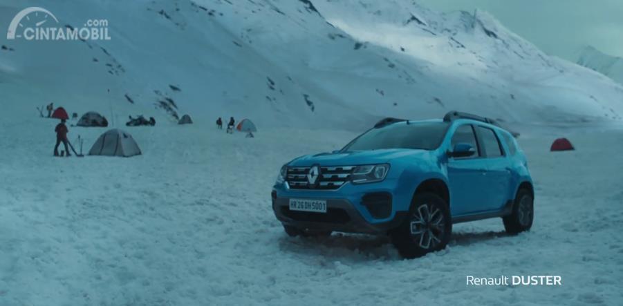 tampilan samping Renault Duster 2019 berwarna biru
