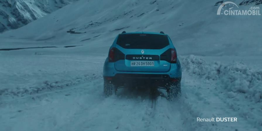 tampilan belakang Renault Duster 2019 berwarna biru