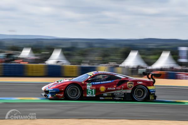 Aksi Ferrari 488 GTE EVO berwarna merah pada balapan Le Mans 2019 dilihat dari sisi samping