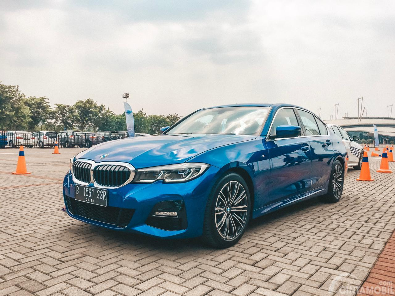 Foto muka All-New BMW 330i M Sport 2019 berwarna biru