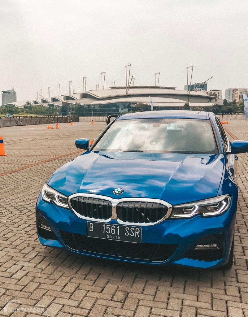 Foto muka depan All-New BMW 330i M Sport 2019 berwarna biru