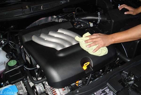 membersihkan ruang mesin mobil