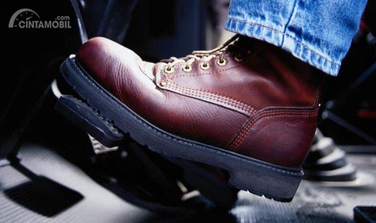 Sepatu tebal untuk mengemudi