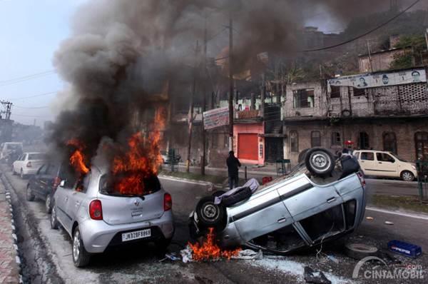mobil terbakar dan terguling