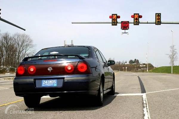mobil berhenti di lampu merah