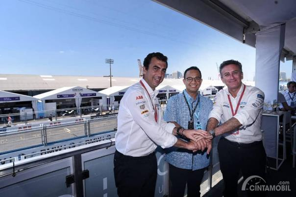 Anies Baswedan, Gubernur DKI Jakarta, berfoto dengan Alejandro Agag dan Alberto Longo, petinggi Formula E