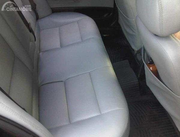 Kursi Peugeot 406 2000 memiliki daya tampung hingga 5 orang