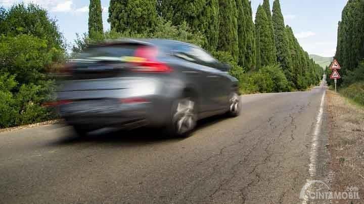Jangan Panik, Berikut Tips Lewati Jalan Sempit Saat Mengemudi