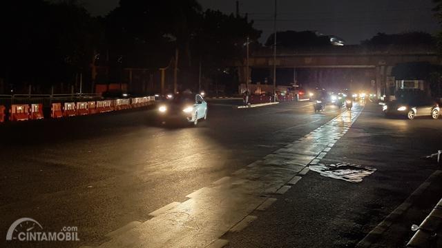 mobil yang berkendara dengan lampu jalan mati