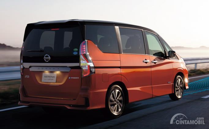 tampilan samping Nissan Serena 2019 Hybrid berwarna merah