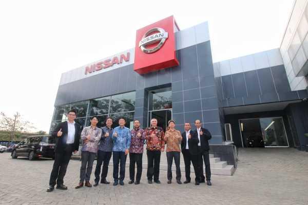 Foto jajaran direksi Nissan Motor Indonesia di depan diler baru
