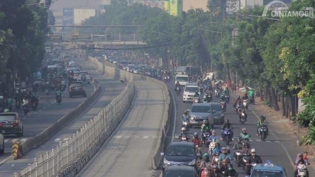 kemacetan dan polusi yang terjadi di jalanan Jakarta