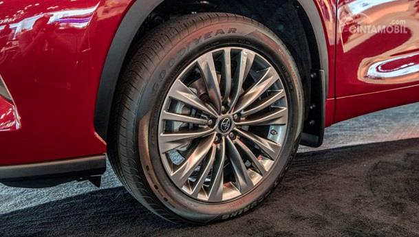 Fitur Toyota Highlander 2020 lebih ditonjolkan pada bannya yang berukuran besar serta teknologi inovatif pada mode penggerak 4WD-nya