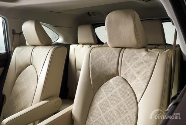 Kursi Toyota Highlander 2020 sudah dilengkapi dengan bahan kulit sehingga terasa nyaman untuk seluruh penumpang