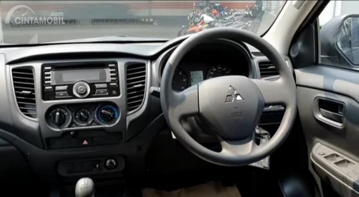 Gambar menunjukkan layout dasbor Mitsubishi New Triton HDX S-Cab 4WD M/T 2019