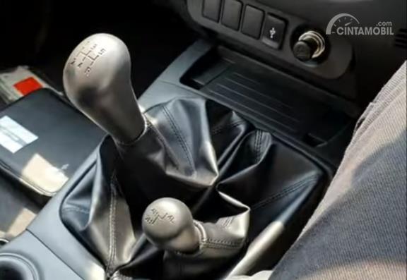 Tampak tuas transmisi dan tuas transfer case Mitsubihi New Triton HDX D-Cab 4WD M/T 2019