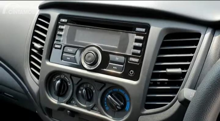 Gambar menunjukkan head unit Mitsubishi New Triton HDX D-Cab 4WD M/T 2019