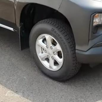 Gambar menunjukkan ban dan pelek Mitsubishi New Triton HDX D-Cab 4WD M/T 2019