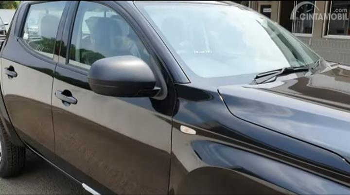 Gambar menunjukkan Spion Mitsubishi Triton HDX D-Cab 4WD M/T 2019 berwarna silver