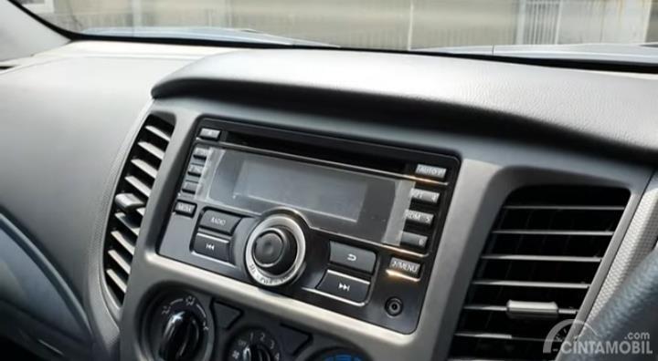 Gambar menunjukkan head unit Mitsubishi New Triton HDX S-Cab 4WD M/T 2019