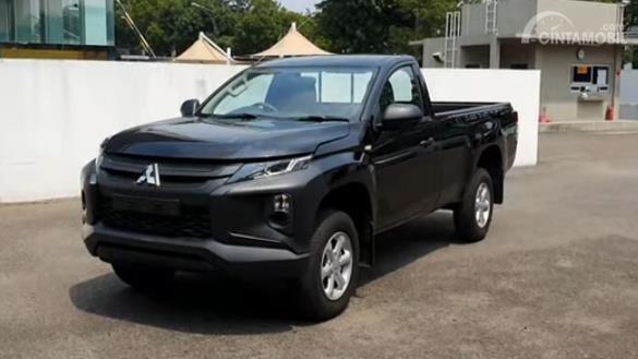 Gambar menunjukkan tampilan depan Mitsubishi New Triton HDX S-Cab 4WD M/T 2019 berwarna hitam