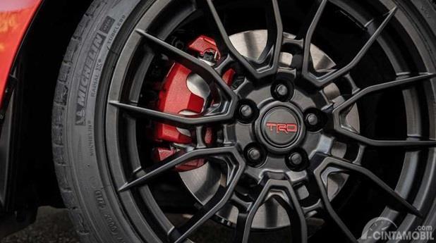 Eksterior Samping Toyota Avalon TRD 2020 berubah hanya dari segi pelek saja, berwarna hitam dan punya ukuran lebih besar