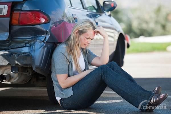 wanita duduk setelah kecelakaan