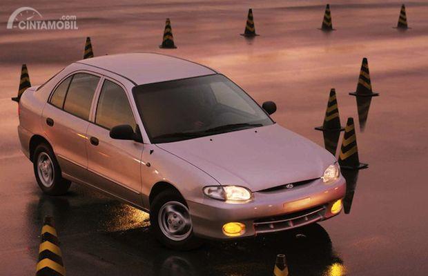 Hyundai Accent 1998 akhirnya batal menjadi mobil nasional dan berdiri sendiri