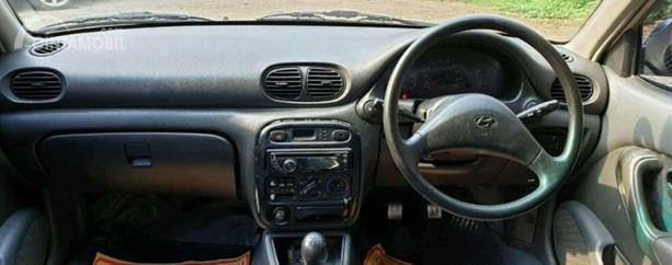 Dashboard Hyundai Accent 1998 tidak punya tampilan menarik tapi fiturnya cukup lengkap