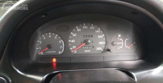 Setir Hyundai Accent 1998 sudah dilengkapi panel informasi di belakangnya, cukup untuk memberi tahu informasi terkini seputar kendaraan