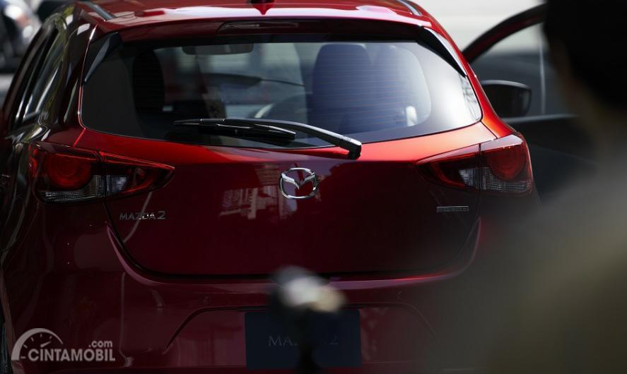 Gambar menunjukkan tampilan belakang Mazda 2 2019 warna merah
