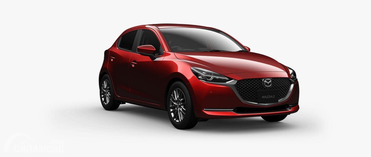 Gambar menunjukkan tampilan depan Mazda 2 2019 berwarna merah