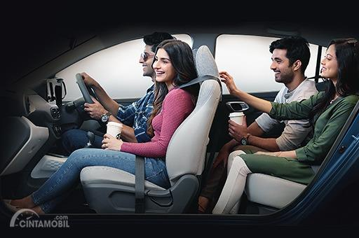 Gambar menunjukkan posisi duduk di mobil Hyundai Grand i10 NIOS 2019