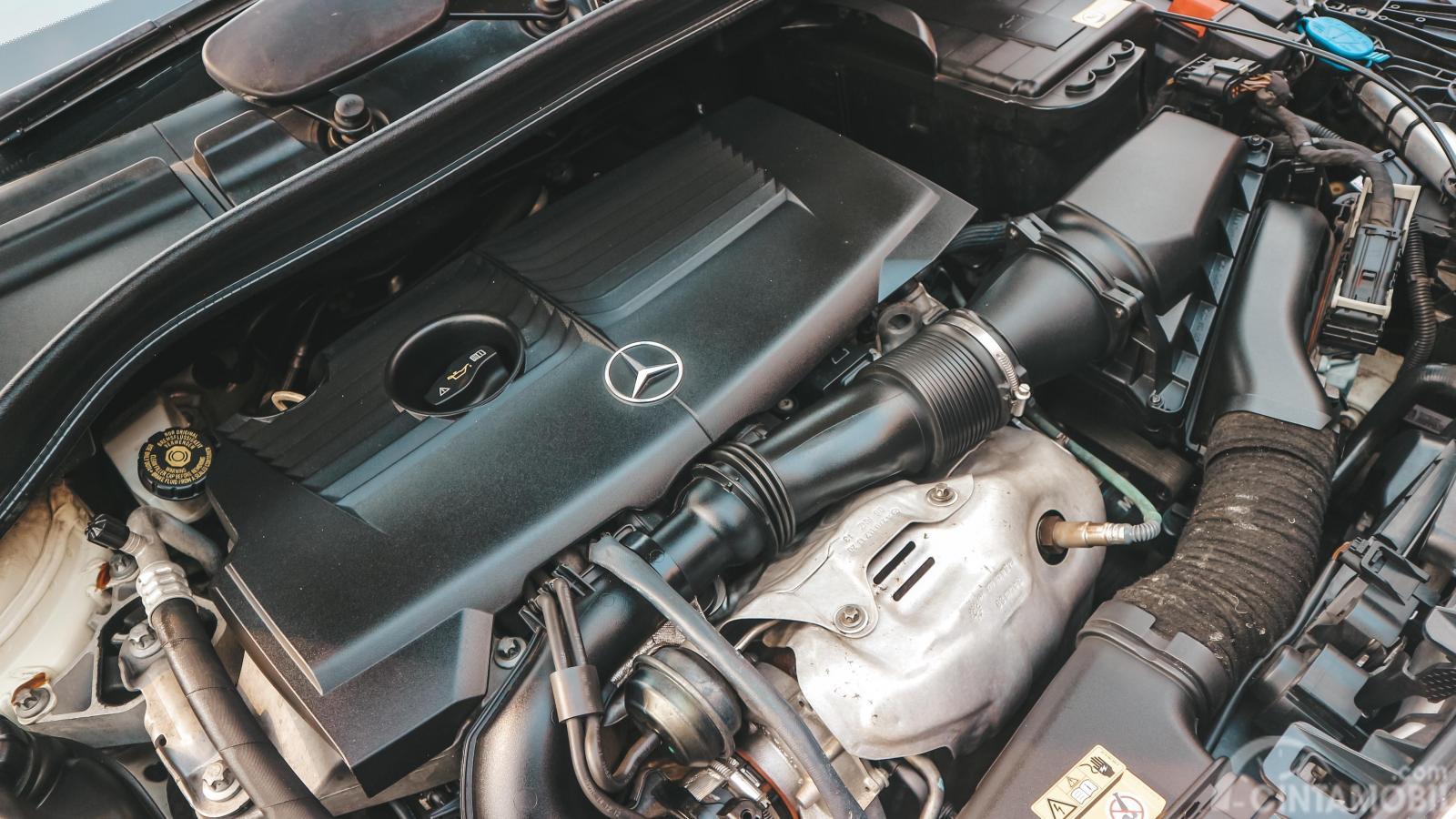 Gambar menunjukkan bagian mesin mobil Mercedes-Benz B 200 Urban 2013