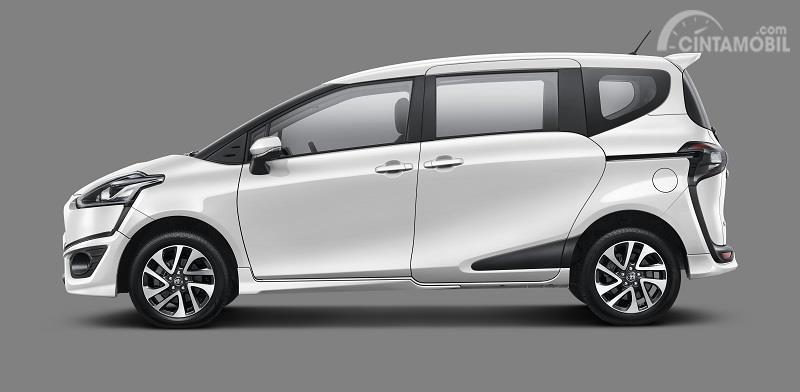 tampilan samping Toyota Sienta 2019 Indonesia berwarna  putih