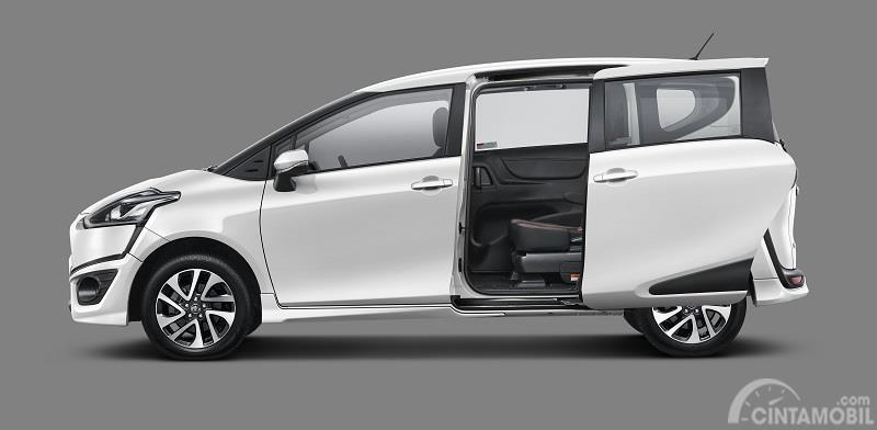 fitur sliding door pada Toyota Sienta 2019 Indonesia berwarna putih