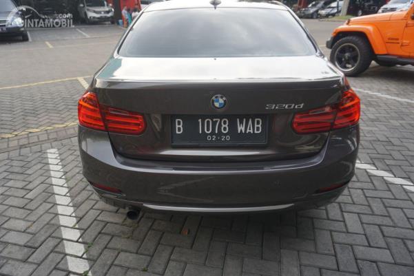 Gambar sebuah mobil BMW 320d 2014 berwarna abu-abu dilihat dari sisi belakang