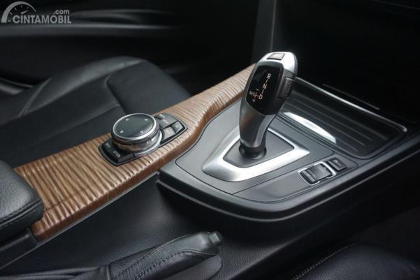Gambar menunjukkan Layout konsol tengah BMW 320d 2014