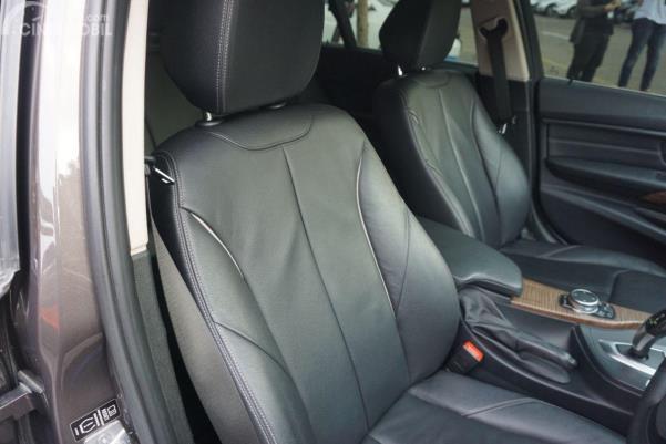 Gambar menunjukkan desain bagian Kursi depan BMW 320d 2014